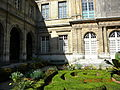 Hotel Carnavalet (garden) (1), Paris.jpg