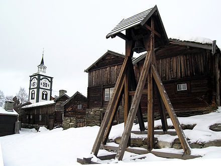 The 17th-century town of Roros, designated in 1980 as a UNESCO World Heritage Site, has narrow streets and wooden houses. Hyttklokka.jpg