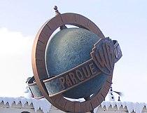 Insignia del Parque Warner, Madrid, España.jpg