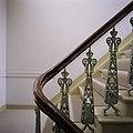 Interieur, detail van een trapleuning met opengewerkte gietijzeren balusters, in het linker trappenhuis - Tilburg - 20388697 - RCE.jpg
