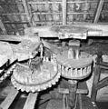 Interieur van watergedreven molen met onderslagrad, zolder, tussenloper met steenschijf - Haaksbergen - 20283561 - RCE.jpg