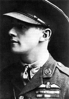 McCudden amb l'uniforme de la Royal Flying Corps.