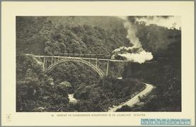 KITLV - 37384 - Demmeni, J. - Tulp, De - Haarlem - Railway bridge through the Anai gorge near Padang Panjang, Sumatra - 1911.tif