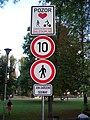 Kampa, od Tyršova domu, dopravní značky.jpg
