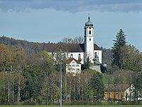 Kath Kirche St. Valentin mit Pfarrhaus auf dem St. Valentinsberg in Rüthi SG.JPG