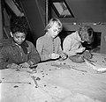 Kinderen aan het boetseren met klei, Bestanddeelnr 252-8955.jpg