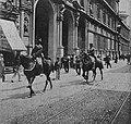 La cultura moderna - Milano 1898. Cavalleggeri in Via Mercanti.jpg