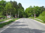 Lakomaer Chaussee level crossing.png
