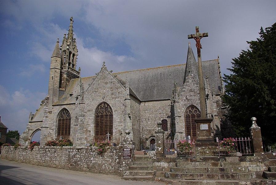 Les Iffs in der Bretagne, Frankreich. Die Kirche Saint Ouen im Ort aus dem 15. Jahrhundert (geotags in den EXIF-Daten).