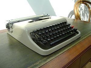 Olivetti Lettera 22 - A side view of the Lettera 22