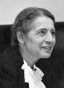 Lise Meitner (1878-1968), dando una conferencia en la Universidad Católica, Washington, DC, 1946.jpg