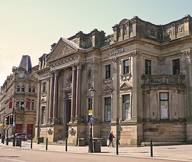 English: Lloyds Bank in Halifax, West Yorkshir...