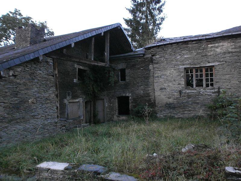 Ensemble de maisons imbriquées, actuellement fermes-désaffectées