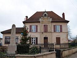 Mairie et monument aux morts de Saint-Germain-sur-Renon.jpg