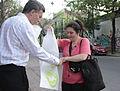 Mauricio Macri repartió bolsas reutilizables y biodegradables por los supermercados de Palermo (8051244416).jpg