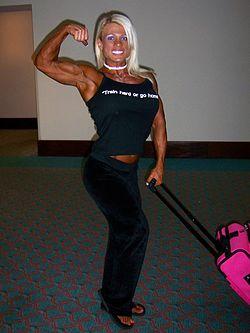 Die Bodybuilderin Melissa Dettwiller zeigt ihren Bizeps.