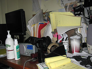 320px-Messy_desk.jpg