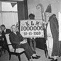Miljoenste passagier in 1959 op Schiphol prof. Forbes ontvangst door H. Nec , me, Bestanddeelnr 910-8319.jpg