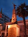 Monumento ai caduti di notte.jpg