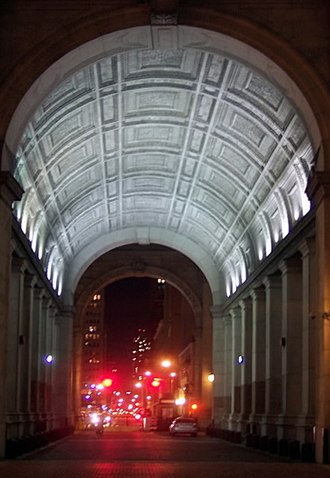Manhattan Municipal Building - The central arch, inspired by the Roman Arch of Constantine