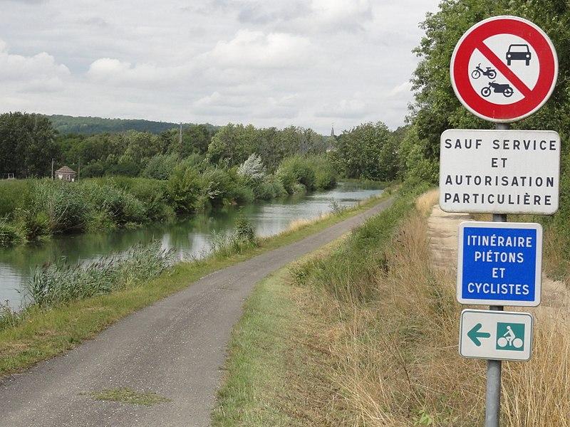 Naix-aux-Forges (Meuse) Canal de la Marne au Rhin, chemin de halage, piste cyclable itineraire national V52