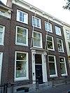 foto van Statig herenhuis, lijstgevel met consoles en gebeeldhouwde deuromlijsting