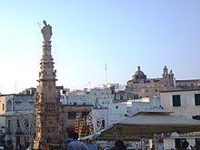 Veduta della piazza con la Colonna di Sant'Oronzo
