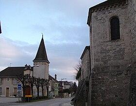 La mairie et l'église, de gauche à droite.