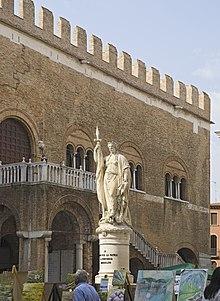 La statua della Teresona, personificazione della Provincia di Treviso, a fianco del Palazzo dei Trecento