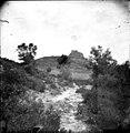 Paysage semi-montagneux avec un fort sur un promontoire (7115100733).jpg