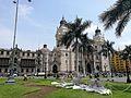 Plaza mayor de Lima amb la catedral al fons i uns rens de nadal.jpg