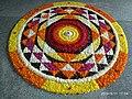 Pookalam Onappookkalam Цветочный ковер Nithyananda Ashram Kanhangad 2019.jpg