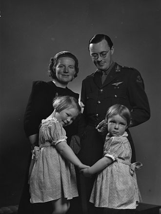 Prince Bernhard of Lippe-Biesterfeld - Princess Juliana and Prince Bernhard with their oldest daughters Princess Beatrix and Princess Irene in Ottawa on 4 May 1942.