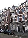 foto van Pand in neo-renaissance trant. Parterre bekleed met hardsteen. Links een driezijdig uitgebouwde erker over twee verdiepingen, waarboven loggia van hout met rijk snijwerk. Topgevel