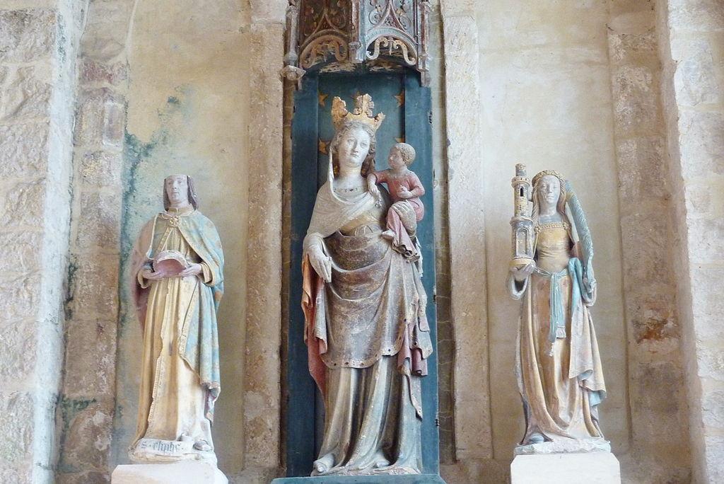 Statuer av de hellige Elifius av Rampillon (t.v., 1400-t), Madonna med barnet (medio 1300-t), Barbara (t.h., 1400-t) i det søndre sideskipet i den katolske sognekirken Saint-Eliphe i Rampillon i departementet Seine-et-Marne (Île-de-France)