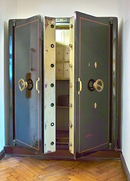 File:Rathaus Koepenick - Safe.jpg