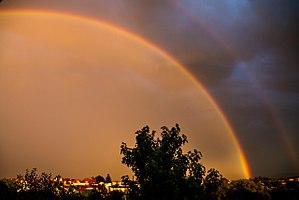 Regenbogen bei Sonnenuntergang leuchten besonders intensiv