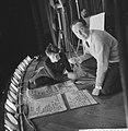 Repetitie Wim Kan voor zijn oudejaarsprogramma, Wim Kan met levensgroot spiekbr, Bestanddeelnr 911-9264.jpg