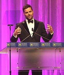 Ricky Martin nel 2010, mentre tiene un discorso alla Human Rights Campaign