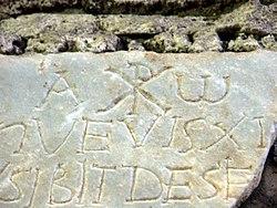 Rom, Domitilla-Katakomben, Steintafel mit Inschrift, Alpha und Omega und Christussymbol Chi Rho.jpg