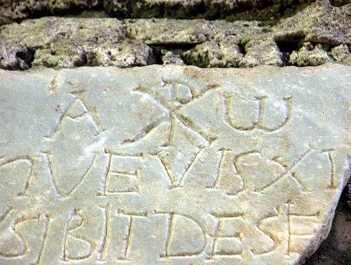 Rom, Domitilla-Katakomben, Steintafel mit Inschrift, Alpha und Omega und Christussymbol Chi Rho