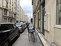 Rue Vauban (Lyon) - Mars 2019 - trottoir et vélo de postier.jpg