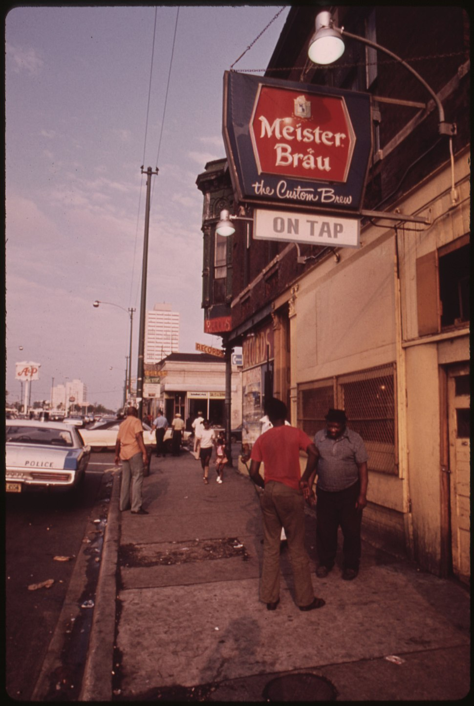 STREET SCENE ON 47TH STREET IN SOUTH SIDE CHICAGO, A BUSY AREA WHERE MANY SMALL BLACK BUSINESSES ARE LOCATED. MANY OF... - NARA - 556222