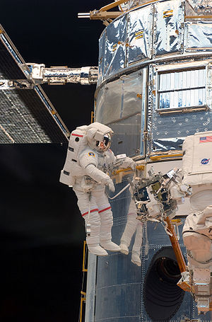 English: Astronaut John Grunsfeld performs wor...