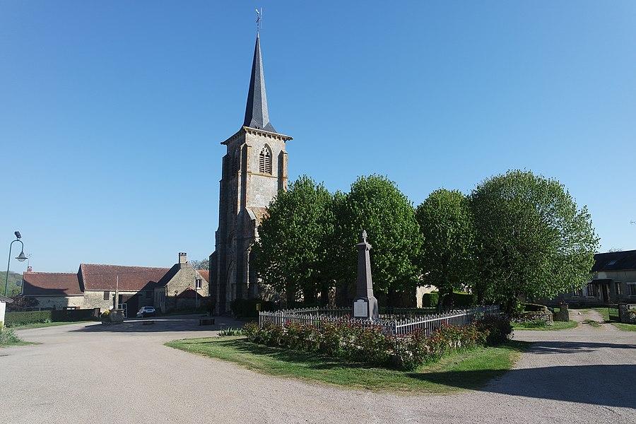 L'église Saint-Martin, le monument aux morts, un calvaire, à Neuilly. Département de la Nièvre. France.