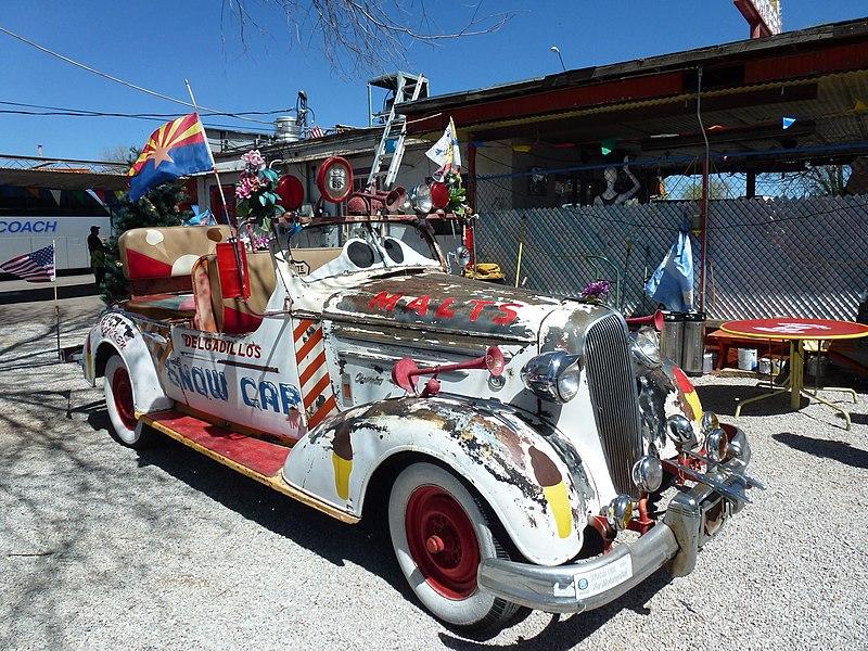 File:Seligman.- Snow car, sur la Route 66.jpg
