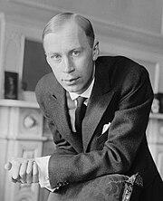 Сергей Прокофьев около 1918 года над стулом Bain.jpg