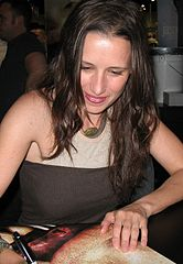 https://upload.wikimedia.org/wikipedia/commons/thumb/0/03/Shawnee_Smith_Con_06.JPG/166px-Shawnee_Smith_Con_06.JPG