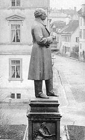 Uhlanddenkmal von Gustav Adolph Kietz in Tübingen, Aufnahme um 1900, aus Tübingen Kulturdenkmale. Katalog der Tübinger Kulturdenkmale. Tübinger Fotografien von Paul Sinner, Kunsthalle Tübingen (Quelle: Wikimedia)