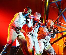Chris Fehn, Corey Taylor und Shawn Crahan (v.l.n.r.) von Slipknot live auf dem Roskilde-Festival 2013